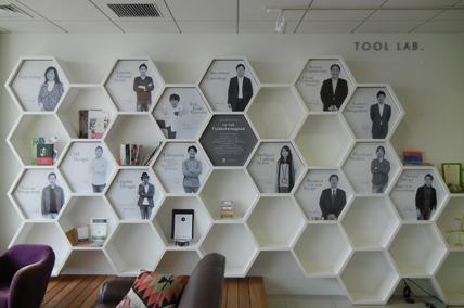カタリストBAの壁面にメンバーのポートフォリオが並ぶ写真