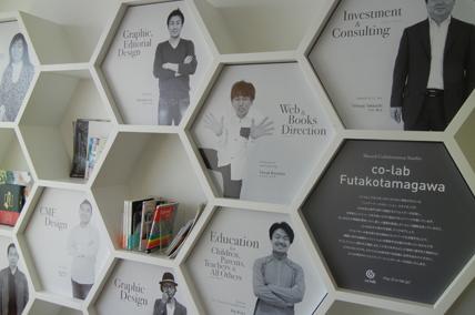 ポートフォリオ棚に飾られたメンバーのプロフィールパネルを写した写真
