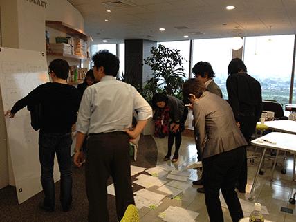 参加者同士のアイデアをその場で即興編集している写真