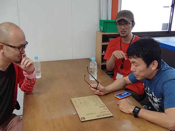 写真:工房で作ったものを見ながらインタビュー(田中、久保田さん、井上さん)
